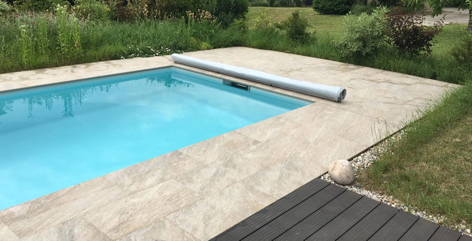 Swimming Pool mit sauberer Einfassung, Feinsteinzeug